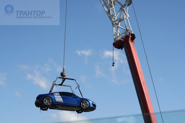Подъем машины на крышу здания
